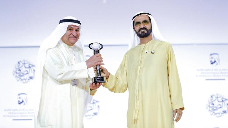 محمد بن راشد يكرّم محمد جاسم الصقر بجائزة «شخصية العام الإعلامية». من المصدر