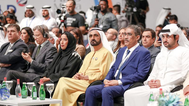 محمد بن راشد يتوسّط القيادات الإعلامية في حفل جائزة الصحافة العربية. من المصدر