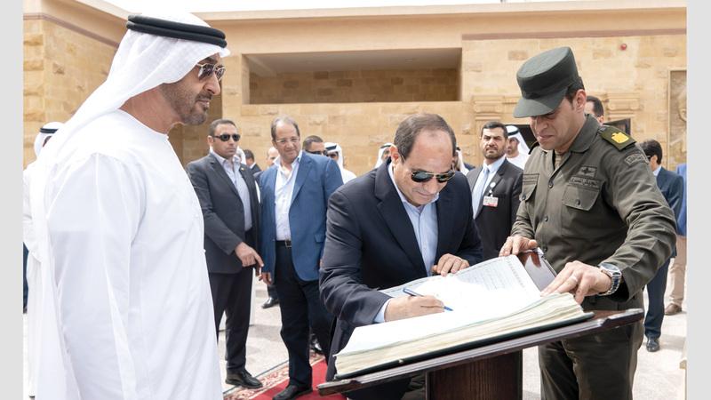 محمد بن زايد والسيسي خلال زيارتهما لمتحف العلمين الحربي وتسجيل كلمة في سجل الزوار.  وام
