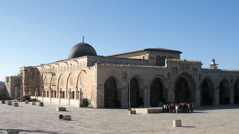 الجامع القبلي يتميز بقبته السوداء الرصاصية ويقع جنوب المسجد الأقصى. الإمارات اليوم