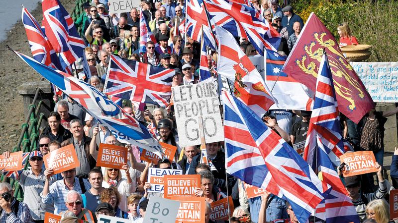المحتجون المؤيِّدون لخروج بريطانيا من الاتحاد خلال مسيرة في لندن.  رويترز