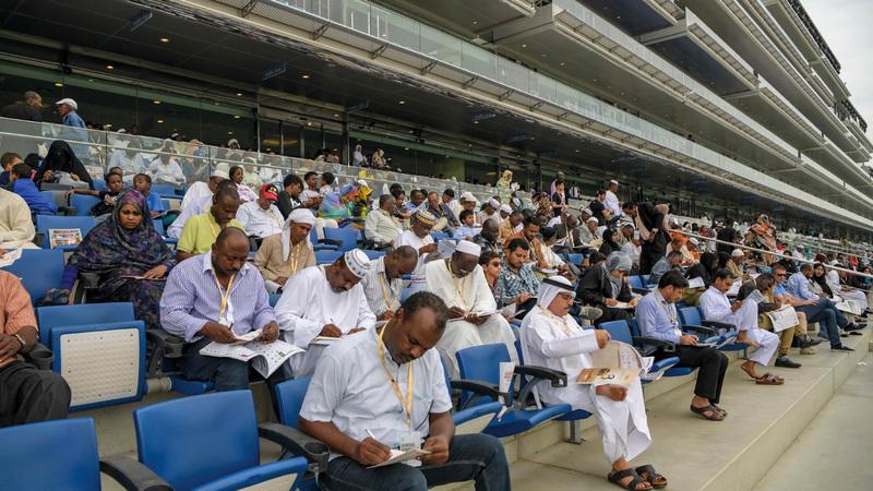 جمهور كبير تابع مختلف الأشواط في كأس دبي العالمي أمس. تصوير: أشوك فيرما