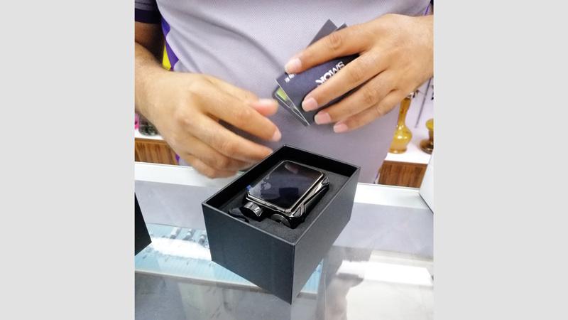 جهاز شيشة إلكترونية يُباع في أحد المتاجر سراً.   الإمارات اليوم