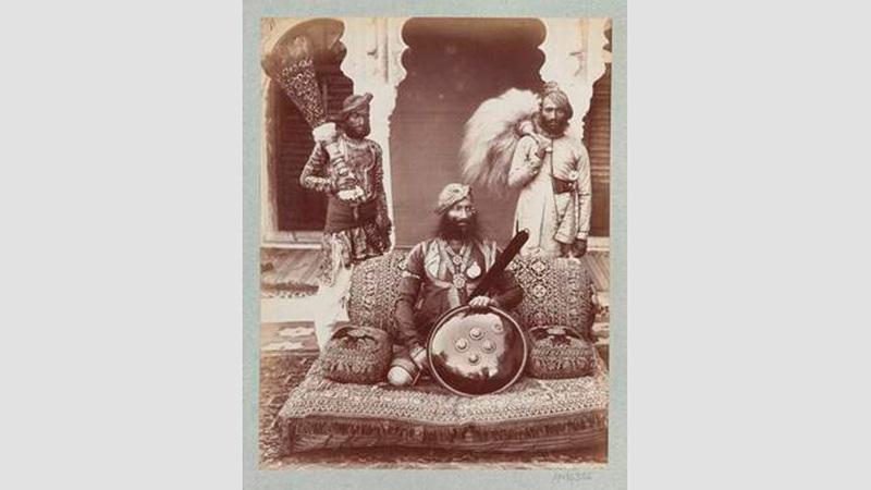 السير براتاب سينغ، مهراجا أورشلا مع حاشيته، الهند، 1882. لالا دين دايال (1844 – 1905).