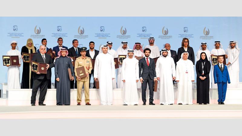 حمدان بن محمد كرّم الفائزين بفئات الدورة العاشرة لجائزة الإبداع الرياضي بحضور أحمد بن محمد. من المصدر