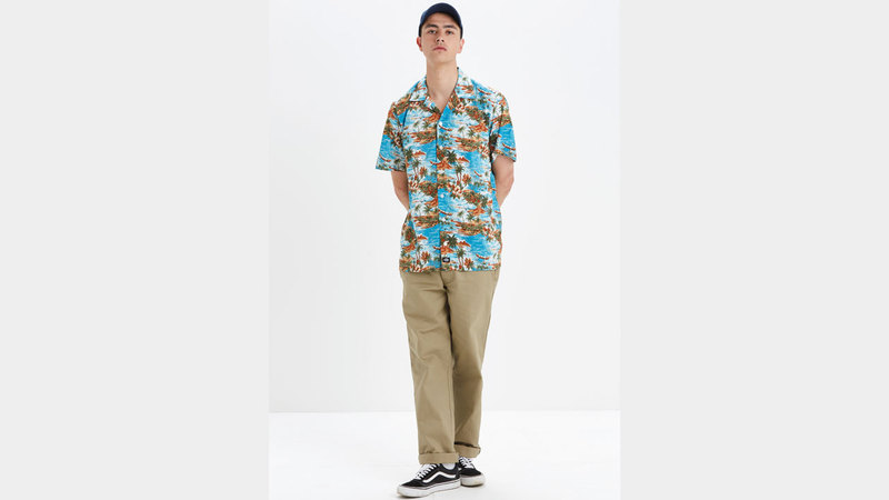 قميص هاواي يشيع أجواء العطلات الصيفية. د.ب.أ