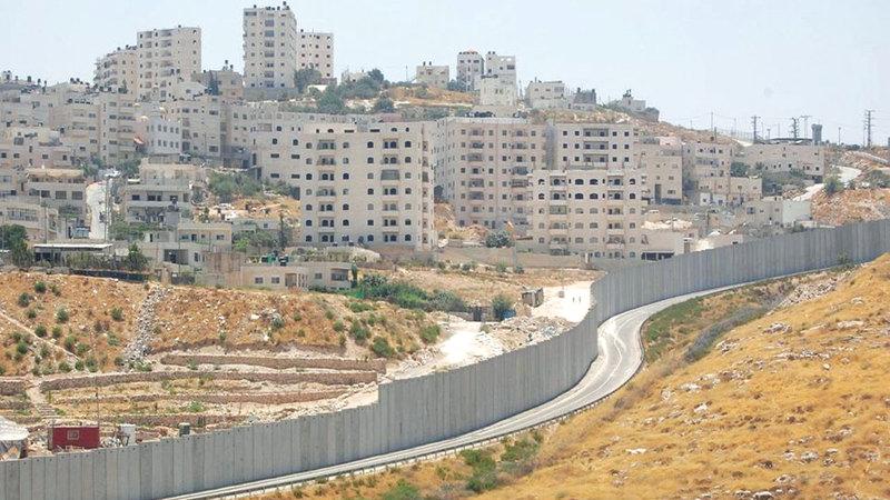 جدار الفصل والمستوطنات الإسرائيلية يلتهمان 90% من إجمالي مساحة بلدة عناتا بمساحة مقدرة بـ 30 ألف دونم. من المصدر