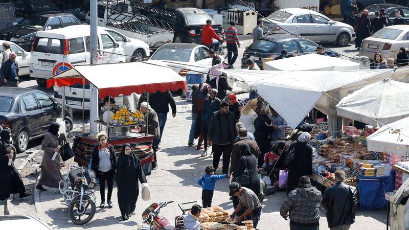 أحد أسواق الشوارع التي انتشرت في دمشق  وسط تنامي معدلات الفقر.  غيتي