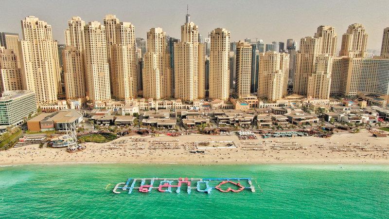 حديقة «أكوا فن» المائية المطاطية في شاطئ الـ«جي بي آر» على شكل الشعار الرسمي لدبي مع قلب يمثل جملة «أنا أحب دبي». من المصدر