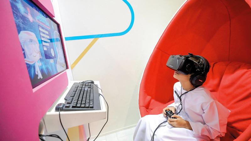طفل يمارس لعبة إلكترونية.. منسحباً من عالم الواقع إلى عالم الخيال. الإمارات اليوم