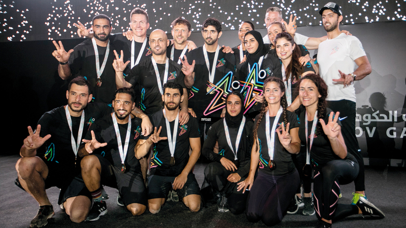 حمدان بن محمد يتوسط أعضاء فريق «إف 3». من المصدر