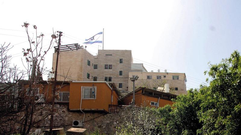 جانب من منازل مستوطنة رمات يشاي التي تحاصر منزل عائلة البكري في الخليل