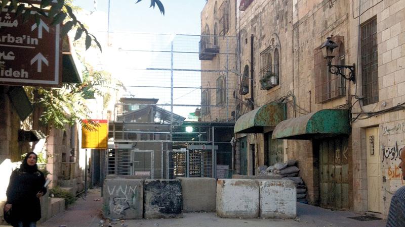 منزل عائلة البكري يقع داخل منطقة عسكرية إسرائيلية في حي تل الرميدة في قلب البلدة القديمة في الخليل