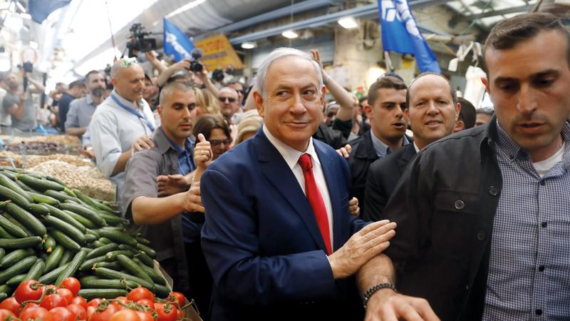 نتنياهو خلال جولة في سوق الخضراوات بالقدس قبيل التصويت. أ.ف.ب