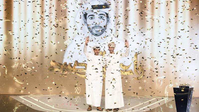 أحمد الفهدي (يسار) ومحمد المقبالي لحظة الإعلان عن الفائز. من المصدر