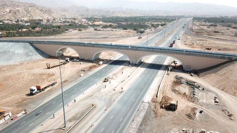 الجسر الفولاذي طاقته الاستيعابية 2000 مركبة في الساعة. من المصدر