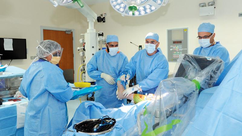 استشاري جراحة العظام الدكتور يعقوب عبدالله الحمادي أجرى العملية. من المصدر