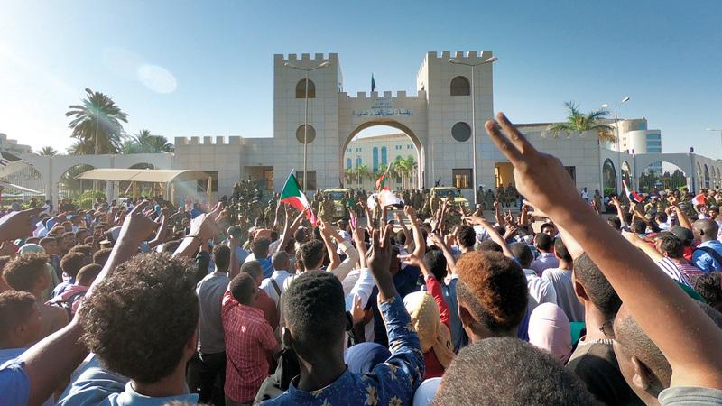 حشود المحتجين المطالبين برحيل البشير أمام مقر قيادة الجيش بالخرطوم.  إي.بي.إيه
