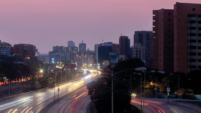أحد الشوارع الرئيسة بالعاصمة يبدو غارقاً في الظلام. أ.ف.ب