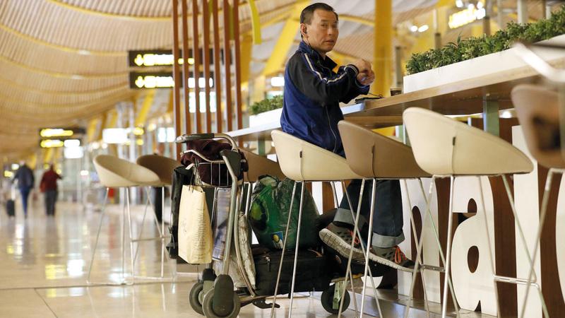 الياباني يجلس مستمتعا بالهدوء في المطعم. من المصدر
