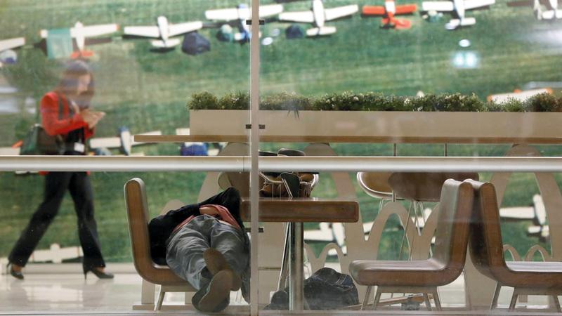 ديفيد المسافر الشبح ينام في المطار، عن المصدر