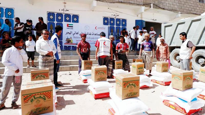 «الهلال» وزّعت 500 سلة غذائية مستهدفة 2950 فرداً من الأسر المحتاجة في منطقة الهجر.  وام