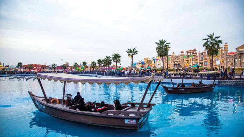 وهبت «القرية العالمية» زوارها فرص التجول والتسوق بين منتجات قارات العالم السبع.  الإمارات اليوم