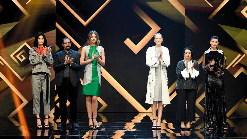 المشتركون أمام لجنة التحكيم للاستماع لنتيجة منافسات الحلقة السابعة.  من المصدر