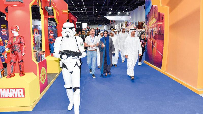 منى المرّي وهلال سعيد المرّي خلال جولتهما في معرض الشرق الأوسط للأفلام والقصص المصوّرة. الإمارات اليوم