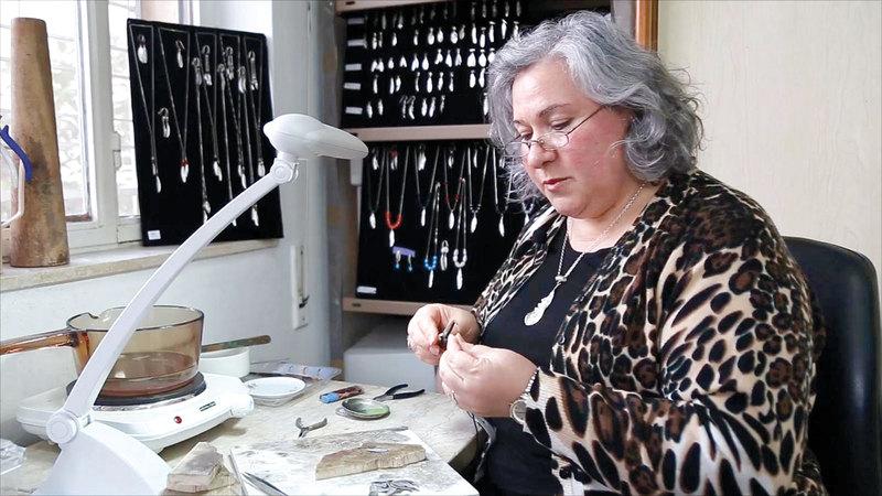 أبوغطاس: إنتاج المجوهرات من أشجار الزيتون يمر بـ15 مرحلة.