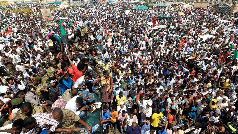 مئات الآلاف احتشدوا قرب مقر قيادة الجيش في الخرطوم رفضاً لقرارات المجلس الانتقالي. رويترز