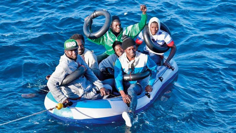 قارب يحمل مهاجرين غير نظاميين باتجاه أوروبا. أرشيفية