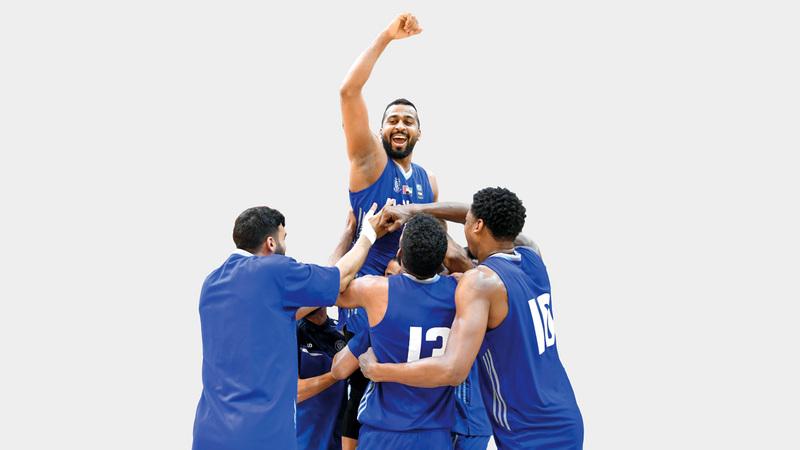 فرحة لاعبي النصر بالفوز بكأس السلة. تصوير: مصطفى قاسمي