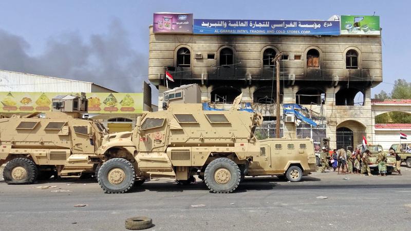 قوات الشرعية تحرس إحدى المناطق التي قصفتها الميليشيات في الحديدة. أرشيفية
