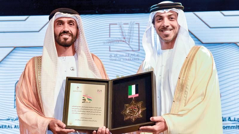 منصور بن زايد خلال تكريم نهيان بن زايد «الشخصية الرياضية» لعام 2018. وام