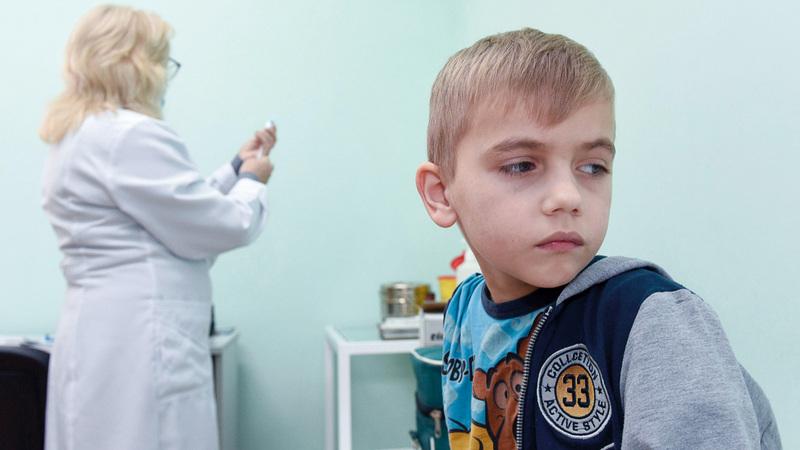 طفل أوكراني يستعد لأخذ التطعيم ضد الأمراض المعدية. أرشيفية