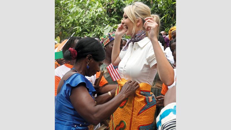 إيفانكا تتلقى هدية قطعة قماش يتم إهداؤها عادة للملوك الزائرين. رويترز