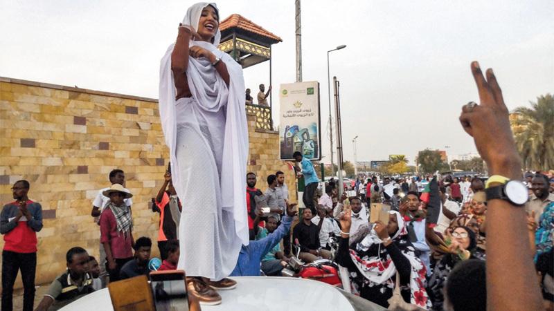 دور بارز للمرأة في التظاهرات إلى حد تسميتها بانتفاضة الكنداكات.      أ.ف.ب