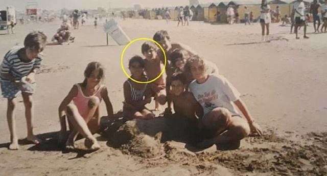 """صورة """"نادرة"""" لميسي و""""حب طفولته"""" على الشاطئ - الإمارات اليوم thumbnail"""
