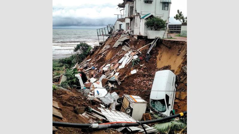 مركبات وحطام نتيجة فيضان هائل في أمانزمتوتي بالقرب من ديربان. رويترز