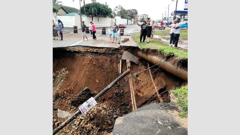طريق متضرر بعد فيضان في أمانزمتوتي. رويترز