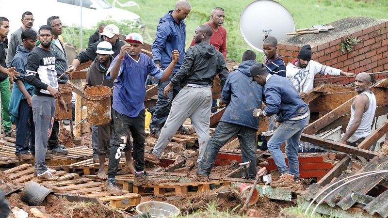 عمال الإنقاذ يبحثون عن الضحايا تحت الأنقاض. أ.ف.ب