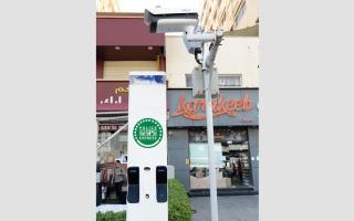 الصورة: شرطة دبي تجرِّب جهازاً ذكياً بالشوارع يتصل بغرفة العمليات