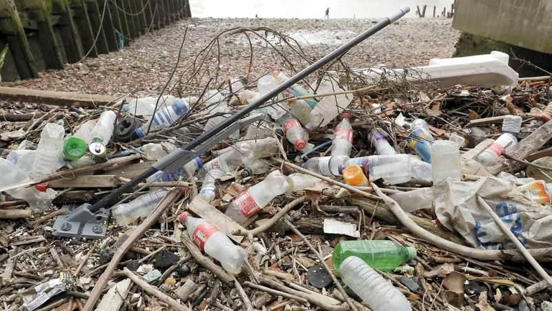 ملوثات بلاستيكية على ضفة نهر التايمز في لندن. أ.ب