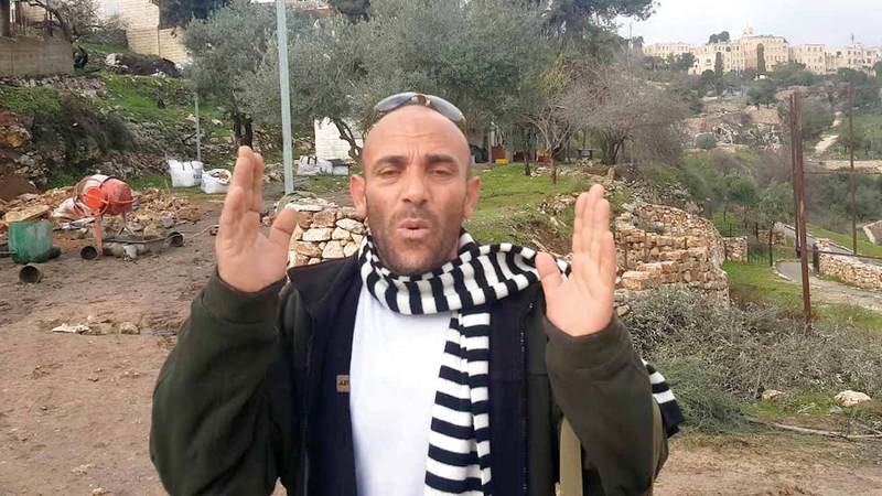 خالد الزير يعيش مشرّداً هو وعائلته بفعل هدم منزله ومنعه من الإقامة في المناطق الخضراء. الإمارات اليوم