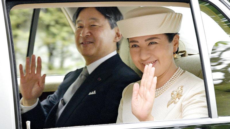 الإمبراطور والإمبراطورة الجديدان لدى وصولهما إلى القصر الإمبراطوري أمس.  أ.ب