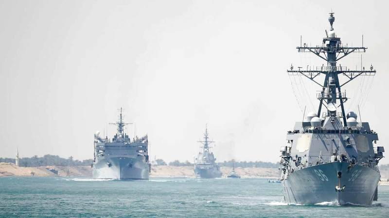 حاملة الطائرات الأميركية إبراهام لينكولن والسفن المصاحبة لحظة عبورها قناة السويس متوجهة إلى منطقة الخليج قبل أيام.  أ.ب