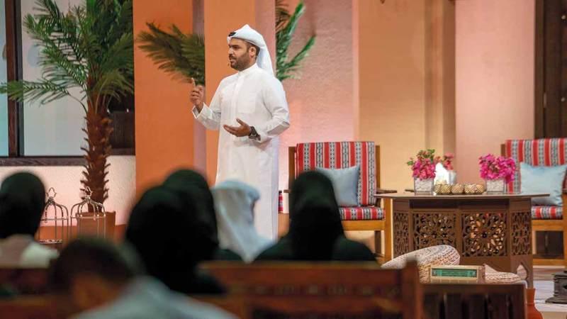عمر العثمان مقدم برنامج «مدن».  من المصدر
