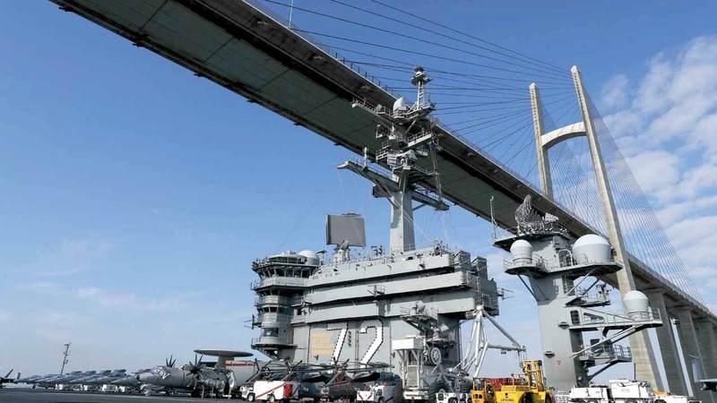 حاملة الطائرات الأميركية أبراهام لنكولن تمر من تحت جسر السلام خلال عبورها قناة السويس.  رويترز