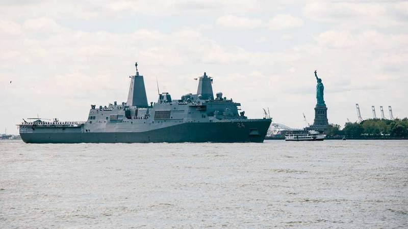 سفينة برمائية من طراز «يو إس إس أرلينغتون» تبحر عبر مرسى نيويورك  تم إرسالها للشرق الأوسط في ما بعد.  إي.بي.إيه